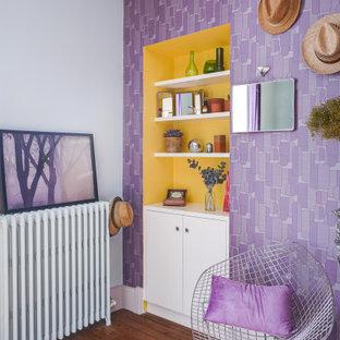 Ejemplo de dormitorio principal, vintage, grande, con paredes púrpuras, suelo de madera oscura, chimenea tradicional, marco de chimenea de piedra y suelo marrón