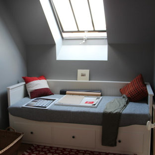 Design ideas for a small midcentury loft-style bedroom in Rennes with grey walls, linoleum floors and no fireplace.
