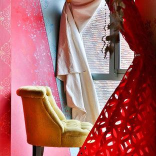 Modelo de dormitorio ecléctico, de tamaño medio, con paredes rojas, suelo de madera pintada y suelo rojo