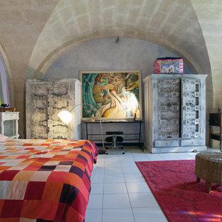 Réalisation d'une grand chambre parentale méditerranéenne avec un mur violet.
