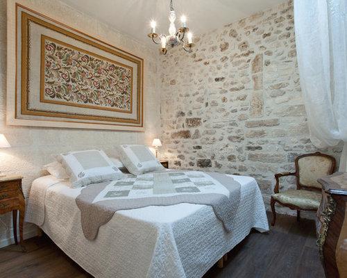 cette photo montre une chambre adulte chic de taille moyenne avec un sol en bois fonc - Chambre Beige Fonce