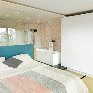 На фото: с высоким бюджетом большие хозяйские спальни в современном стиле с белыми стенами, татами и желтым полом без камина