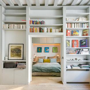 Idées déco pour une chambre scandinave avec un mur gris et un sol en bois clair.