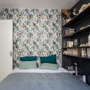 Inspiration pour une chambre bohème avec un mur multicolore, un sol en bois clair, aucune cheminée et un sol marron.