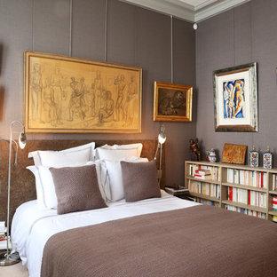 Aménagement d'une chambre avec moquette classique avec un mur gris.
