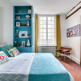 Cette image montre une chambre parentale méditerranéenne avec un mur blanc, un sol en carreau de terre cuite et aucune cheminée.