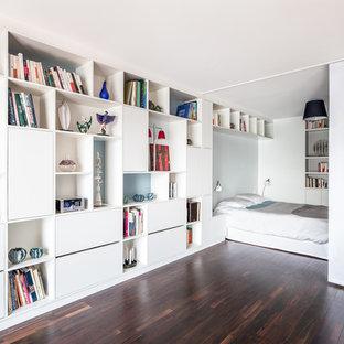 Inspiration pour une petite chambre parentale design avec un mur blanc, un sol en bois foncé et aucune cheminée.