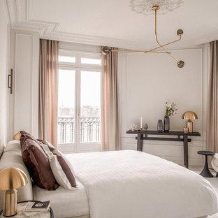 Réalisation d'une chambre avec moquette tradition avec un mur blanc et un sol blanc.