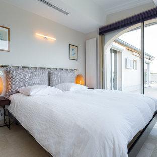 Aménagement d'une chambre parentale asiatique de taille moyenne avec un mur blanc et un sol en travertin.