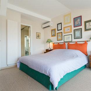 Diseño de dormitorio principal, bohemio, grande, con paredes blancas