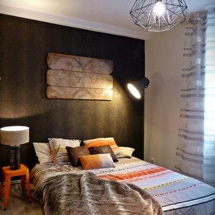 Réalisation d'une chambre adulte bohème de taille moyenne avec un mur marron.