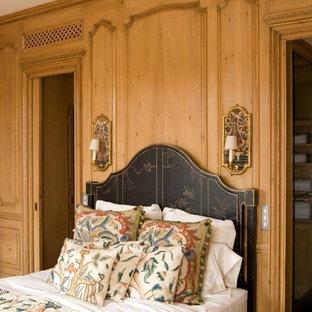 Aménagement d'une grand chambre parentale classique avec un mur marron.