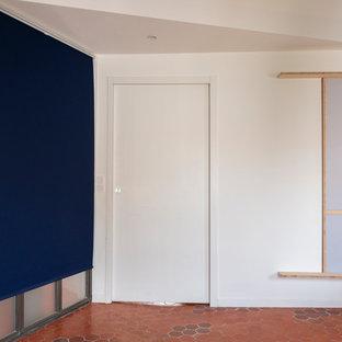 Imagen de dormitorio principal, contemporáneo, grande, con paredes blancas, suelo de baldosas de terracota y suelo rosa