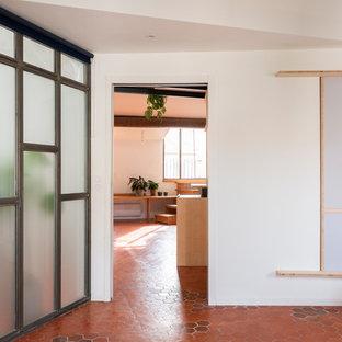 Foto de dormitorio principal, actual, grande, con paredes blancas, suelo de baldosas de terracota y suelo rosa