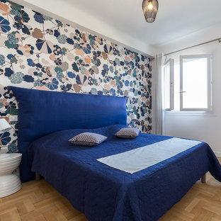 Exemple d'une chambre d'amis scandinave avec un mur multicolore, un sol en bois clair et un sol beige.