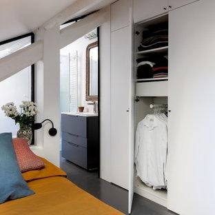 Diseño de dormitorio tipo loft, urbano, pequeño, con paredes blancas, suelo de cemento y suelo gris