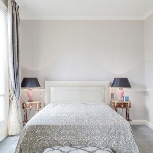 Idées déco pour une grande chambre classique avec un mur gris.