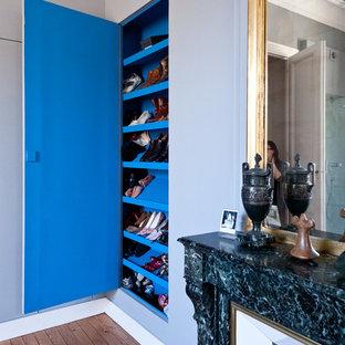 Inspiration för ett mellanstort funkis huvudsovrum, med grå väggar, ljust trägolv, en standard öppen spis, en spiselkrans i sten och brunt golv