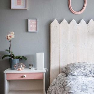 Cette photo montre une chambre parentale scandinave de taille moyenne avec un mur gris et aucune cheminée.