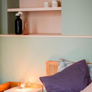 Idéer för ett mellanstort minimalistiskt sovrum, med ljust trägolv, en standard öppen spis och en spiselkrans i sten