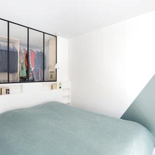 Diseño de dormitorio principal, escandinavo, de tamaño medio, sin chimenea, con paredes verdes, suelo de madera pintada y suelo blanco