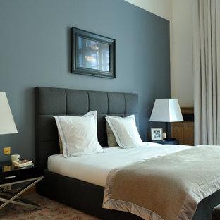 Idées déco pour une chambre classique de taille moyenne avec aucune cheminée, un mur bleu et un sol beige.
