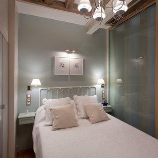 Foto de dormitorio principal, tradicional renovado, pequeño, sin chimenea, con paredes azules, suelo de baldosas de terracota y suelo marrón