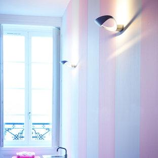 リヨンのコンテンポラリースタイルのおしゃれな寝室 (白い壁、濃色無垢フローリング、茶色い床)