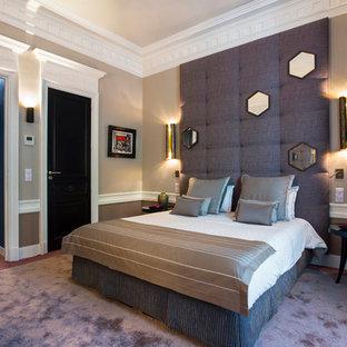 Modelo de dormitorio tradicional renovado con paredes beige, moqueta y suelo violeta