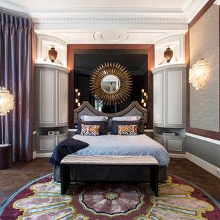 Idée de décoration pour une chambre tradition avec un mur gris, un sol en bois brun et un sol marron.