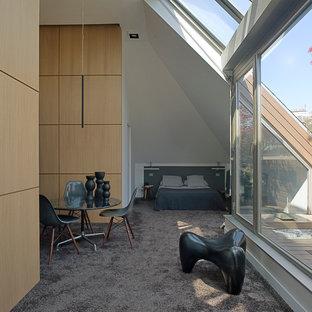 Cette photo montre une chambre tendance avec un mur blanc.
