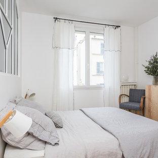 Inspiration pour une chambre parentale nordique de taille moyenne avec un mur blanc, un sol en bois clair, un sol beige et aucune cheminée.