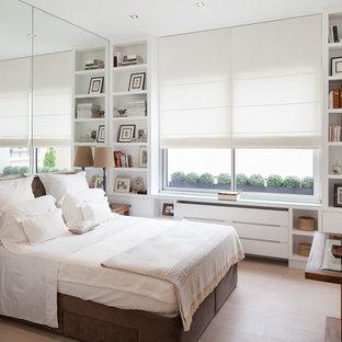 Aménagement d'une chambre parentale contemporaine de taille moyenne avec un mur blanc et un sol en bois clair.