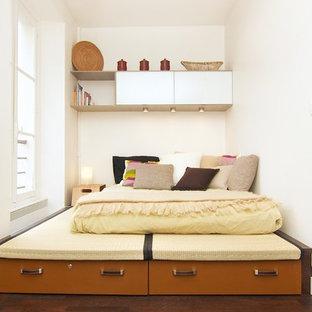 Imagen de dormitorio principal, actual, pequeño, con paredes blancas y suelo de madera oscura