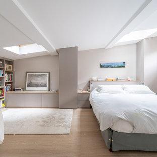 Cette image montre une chambre design avec un plafond voûté.