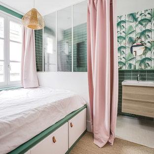 Cette photo montre une chambre avec moquette tendance avec un mur blanc et un sol beige.