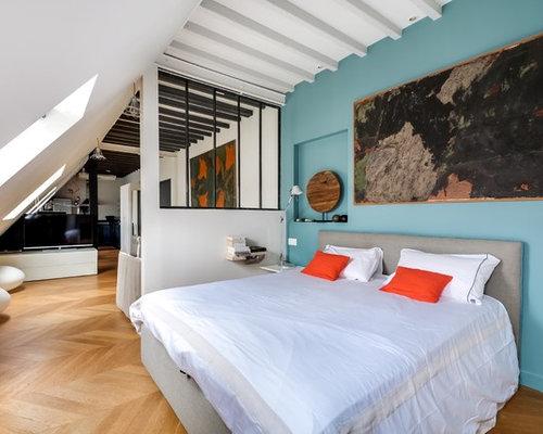 amnagement dune chambre contemporaine de taille moyenne avec un mur bleu et un sol - Chambre Avec Verriere