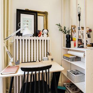 パリの中サイズのコンテンポラリースタイルのおしゃれな主寝室 (白い壁、コーナー設置型暖炉、茶色い床、無垢フローリング、石材の暖炉まわり)