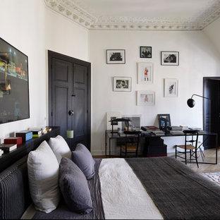 Ejemplo de dormitorio principal, contemporáneo, sin chimenea, con paredes blancas y suelo de madera en tonos medios