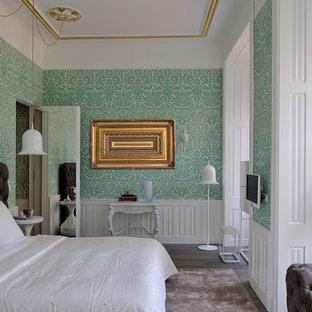 Réalisation d'une chambre parentale tradition de taille moyenne avec un mur multicolore et un sol en bois foncé.