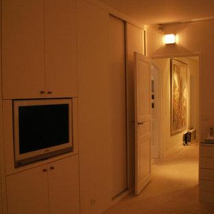 Diseño de dormitorio principal, tradicional renovado, grande, con paredes blancas, moqueta y suelo blanco