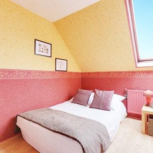 Cette photo montre une chambre méditerranéenne avec un mur multicolore, un sol en bois clair et un sol beige.
