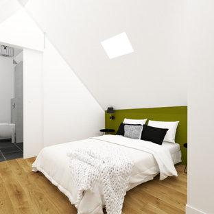 Ejemplo de dormitorio tipo loft, minimalista, de tamaño medio, con paredes blancas, suelo de madera en tonos medios y suelo marrón