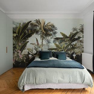 Inspiration pour une chambre design avec un mur multicolore, un sol en bois brun et un sol marron.