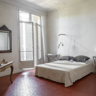Идея дизайна: большая хозяйская спальня в средиземноморском стиле с белыми стенами и полом из терракотовой плитки без камина