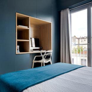 Mittelgroßes Modernes Gästezimmer ohne Kamin mit blauer Wandfarbe in Paris