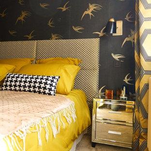 Imagen de dormitorio principal, contemporáneo, de tamaño medio, sin chimenea, con paredes negras y moqueta
