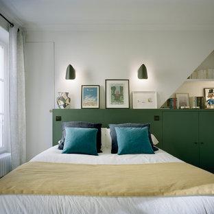 Mittelgroßes Modernes Hauptschlafzimmer ohne Kamin mit weißer Wandfarbe, hellem Holzboden und braunem Boden in Paris