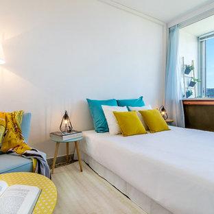 Cette photo montre une chambre tendance de taille moyenne avec un mur blanc.