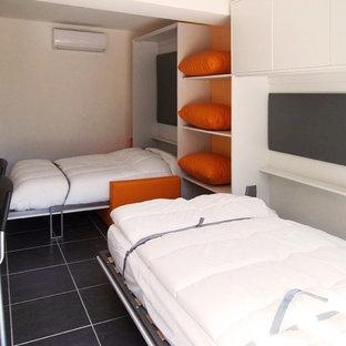 Imagen de dormitorio principal, actual, pequeño, con parades naranjas y suelo de baldosas de cerámica